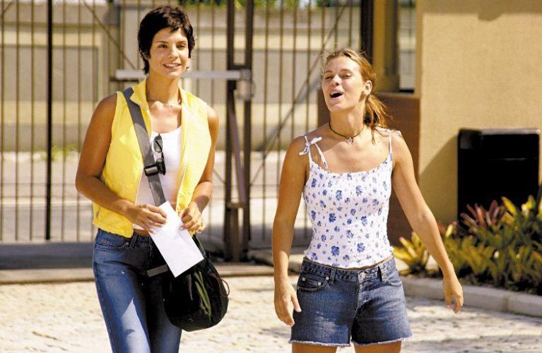 Helena Ranaldi (esq.) e Carolina Dieckmann em cena da novela