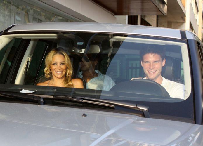 Visivelmente felizes, os atores Danielle Winits e Jonatas Faro deixam o hotel Fasano em Ipanema, na zona sul do Rio de Janeiro. Danielle se arrumou no local para se casar com Jonatas na noite desta quarta-feira (8/12/10)