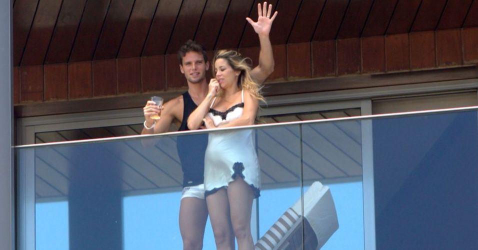 Na manhã seguinte do casamento, Jonatas Faro acena na sacada do hotel Fasano no Rio de Janeiro ao lado da mulher Danielle Winits, que está grávida de um menino (9/12/2010)