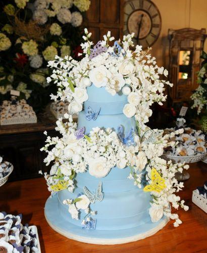 O bolo da festa de casamento de Adriane Galisteu e Alexandre Iódice foi encomendado para Isabella Suplicy e é decorado com borboletas e muitas flores. O casal recebeu a benção matrimonial em um spa de Itatiba, interior de São Paulo, no final da manhã de sábado (27/11/2010)