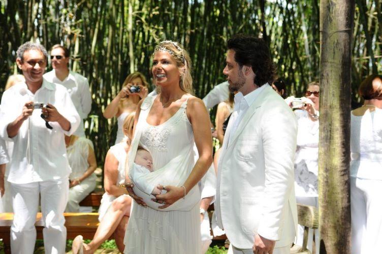 Vestidos de branco, Adriane Galisteu e Alexandre Iódice se casam e batizam o filho, Vittorio, no final da manhã de sábado (27), em um spa de Itatiba, interior de São Paulo. O local foi o escolhido pela apresentadora para o período de resguardo durante a gravidez (27/11/2010)