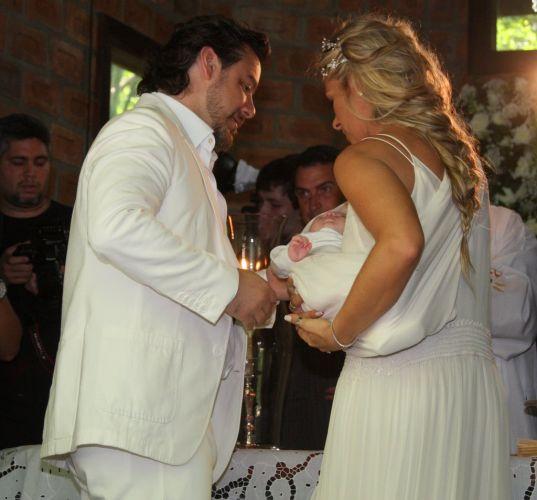 Alexandre Iódice e Adriane Galisteu batizam o filho Vittorio na Capela de Nossa Senhora das Graças em um spa de Itatiba, interior de São Paulo, na manhã de sábado (27/11/2010)