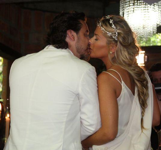 Alexandre Iódice e Adriane Galisteu se beijam durante a cerimônia de batismo do filho, Vittorio, na Capela de Nossa Senhora das Graças em um spa de Itatiba, interior de São Paulo, na manhã de sábado (27/11/2010)