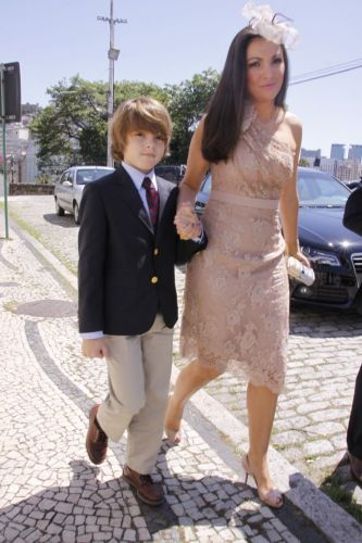 Patrícia Poeta chega ao casamento de Carla Vilhena ao lado do filho, Felipe (17/9/11)