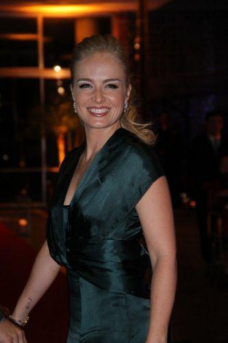 Angélica chega ao casamento da atriz Lívia Rossy (11/11/11)