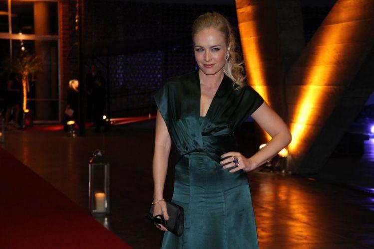 Angélica posa para os fotógrafos no casamento da atriz Lívia Rossy (11/11/11)