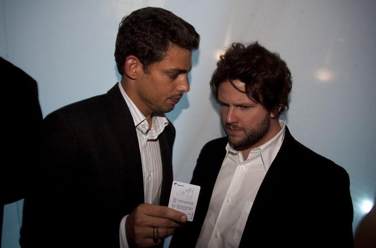 Os atores Cauã Reymond e Selton Mello conversam na festa de lancamento do II Festival Paulinia de Cinema (9/7/2009)