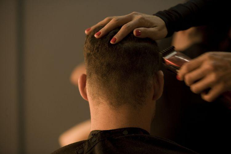 Cauã Reymond corta o cabelo no L'Hotel, onde está hospedado para filmar o longa