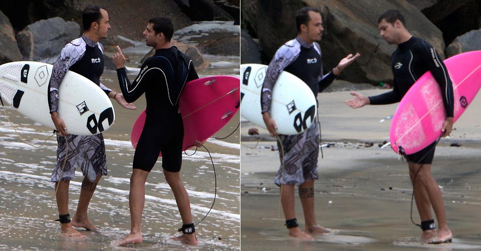 Cauã Reymond e Paulinho Vilhena discutem por causa de uma onda, enquanto surfavam na Prainha, Rio de Janeiro (26/2/2010)