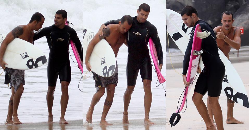 No dia seguinte após discussão, Cauã Reymond e Paulinho Vilhena fazem as pazes e se abraçam após surfe na Prainha (27/2/2010)