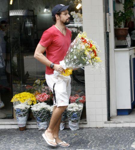 Cauã Reymond é fotografado comprando um buquê de flores no Leblon, Rio de Janeiro (2/12/2010)