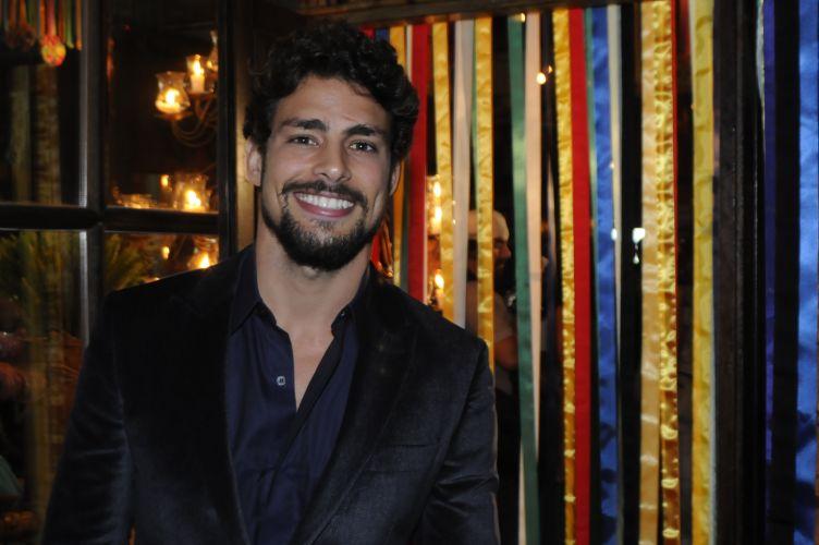 Cauã Reymond participa da festa de lançamento da novela