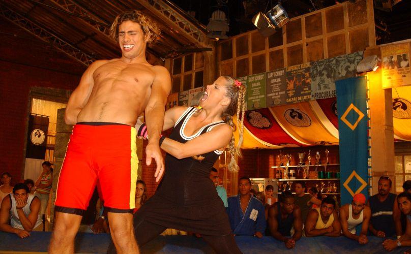 Tina (Karina Bacchi) e Thor (Cauí Reymond) lutam em