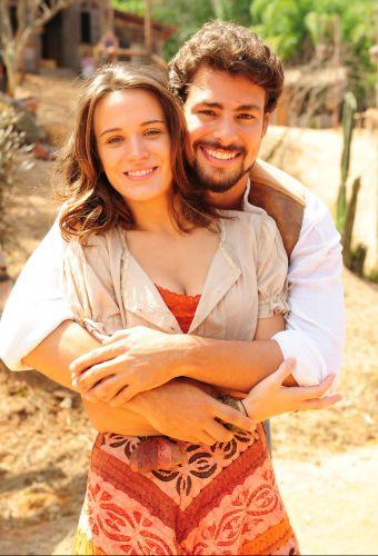 Cauã Reymond e Bianca Bin posam juntos no intervalo de gravação de