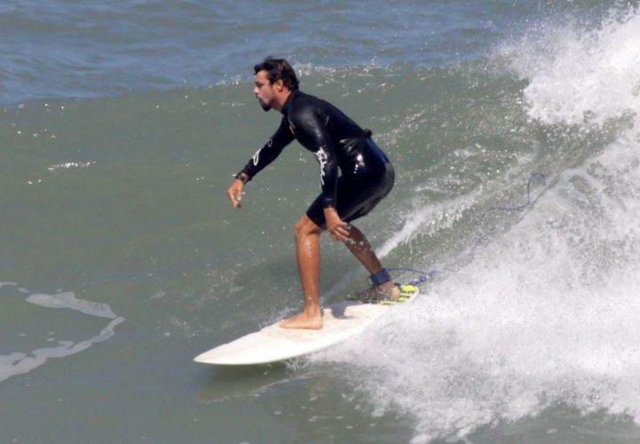 Cauã Reymond surfa na Prainha, no Rio de Janeiro (28/8/11)