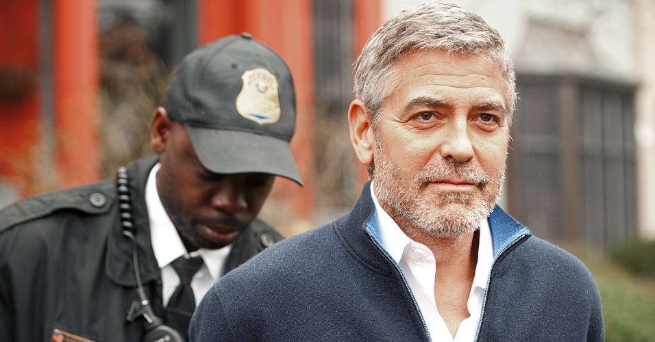 George Clooney  detido ao participar de uma manifestao em frente  embaixada do Sudo em Washington, nos Estados Unidos (16/3/12). O ator acusa o presidente do pas africano, Omar al-Bashir, de provocar uma crise humanitria e impedir a chegada de alimentos  regio fronteiria entre Sudo e Sudo do Sul. Fontes prximas ao ator disseram ao site TMZ, que ele ficou feliz com a priso, pois deixou mais em evidncia a crise no pas africano