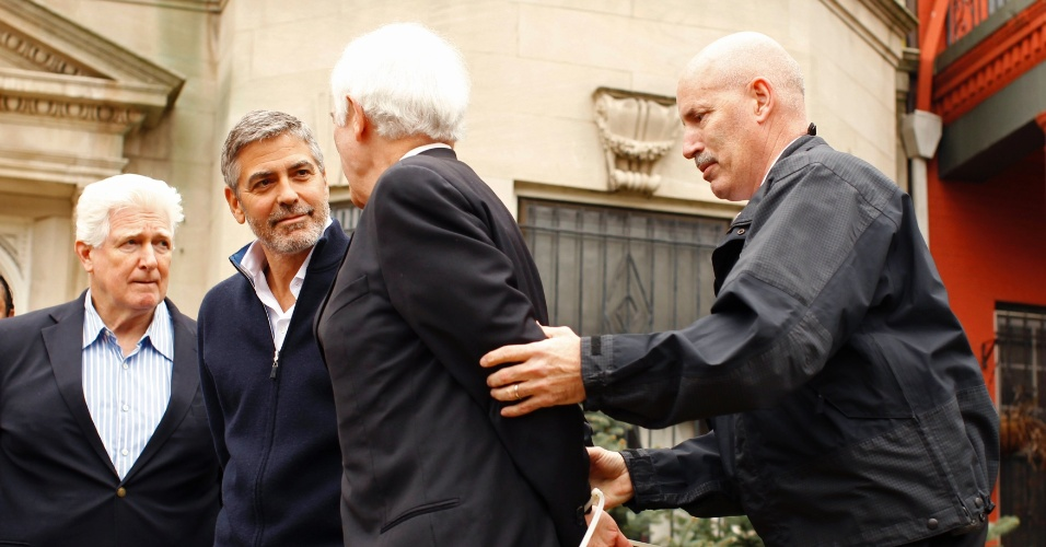 George Clooney e o pai Nick Clooney (dir.) so detidos ao participarem de uma manifestao em frente  embaixada do Sudo em Washington, nos Estados Unidos (16/3/12). O ator acusa o presidente do pas africano, Omar al-Bashir, de provocar uma crise humanitria e impedir a chegada de alimentos  regio fronteiria entre Sudo e Sudo do Sul. Fontes prximas ao ator disseram ao site TMZ, que ele ficou feliz com a priso, pois deixou mais em evidncia a crise no pas africano