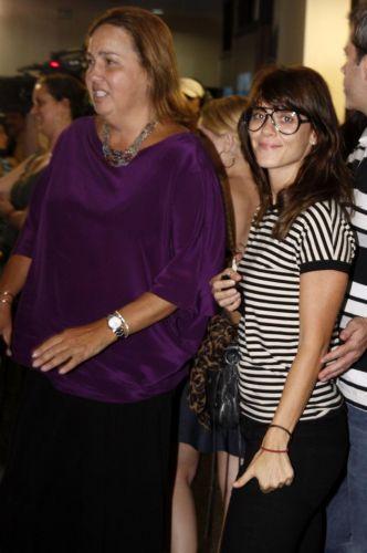 Claudia Jimenez e a amiga Carolina Dieckmann vão à pré-estreia do filme Chico Xavier, na Barra, na zona oeste do rio (31/3/10)