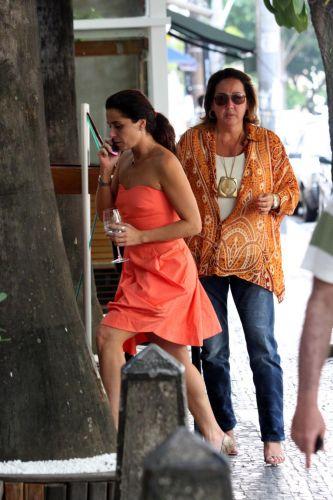 Giovanna Antonelli e Claudia Jimenez saem para almoçar juntas no Leblon (23/12/09)