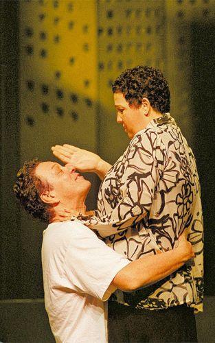 Os atores Ernani Moraes e Claudia Jimenez em cena da peça