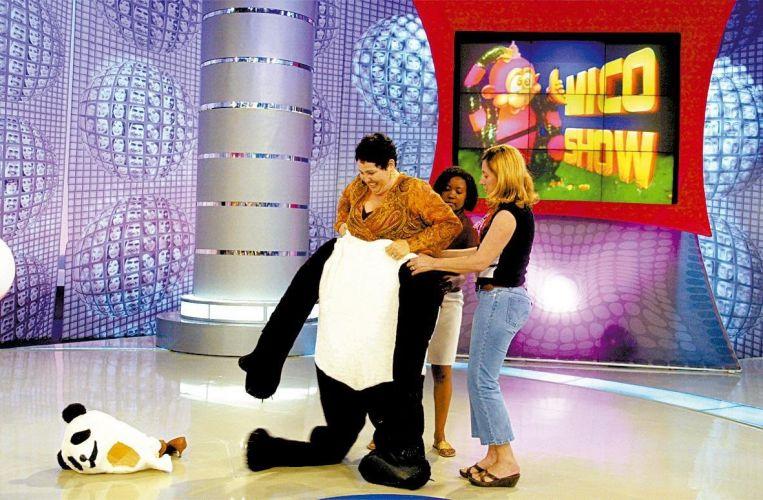 Claudia Jimenez se veste de urso Panda durante gravação do programa