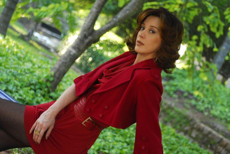 Claudia Raia posa para foto caracterizada como a misteriosa Ágatha de