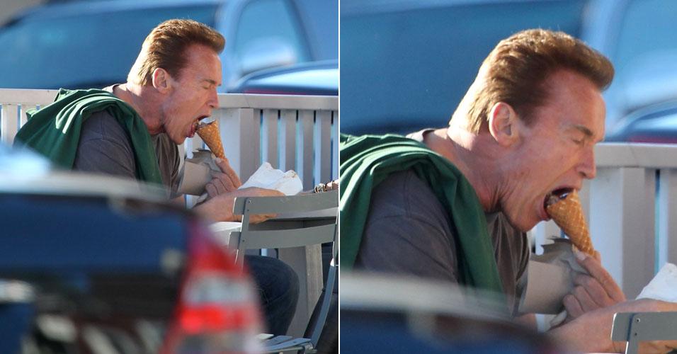 O ator e atual governador da Califórnia, Arnold Schwarzenegger, abocanha uma casquinha durante passeio com sua mulher, Maria Shirver, em Los Angeles (30/10/2010)