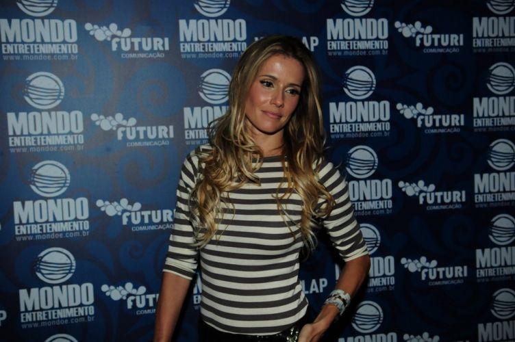 Deborah Secco vai ao bar que reuniu famosos em uma festa pré-show de Amy Winehouse em São Paulo, na noite de sábado (15/1/2011)