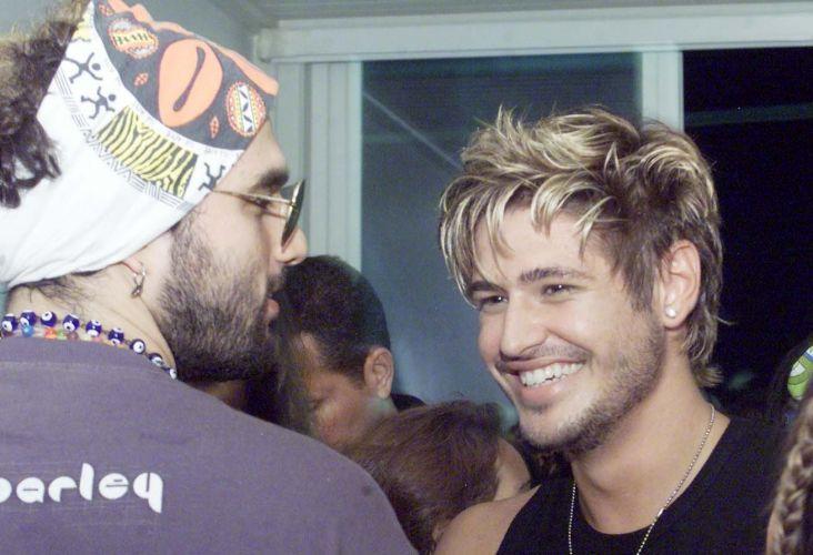 Com os cabelos pintados de loiros, Dado Dolabella (dir.) se encontra com o músico David Moraes no camarote Expresso 2222 durante o Carnaval em Salvador (20/2/2004)