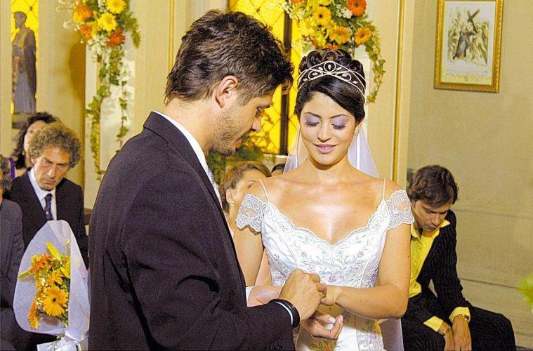 Dado Dolabella e Carol Castro em cena da novela