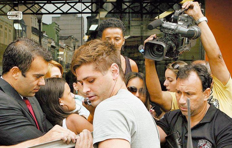 Dado Dolabella é transferido da DEAM (Delegacia de Atendimento à Mulher) para a Polinter, no Rio de Janeiro (18/3/2009). Ele foi preso porque não poderia ficar a menos de 250 metros da atriz Luana Piovani, mas durante o Carnaval, ele estava no camarote onde ela estava