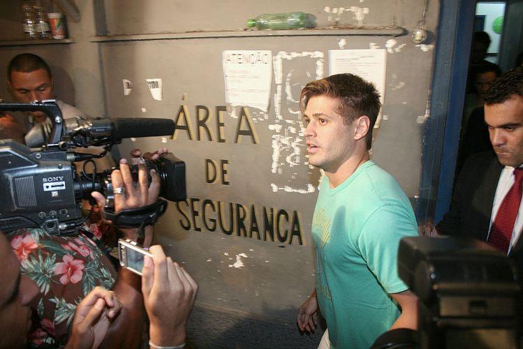 Dado Dolabella deixa a carceragem da Pavuna, no Rio, após ser detido por descumprir a ordem judicial que determinava que o ator mantivesse distância de, ao menos 250 metros, da ex-namorada Luana Piovani (18/3/2009)