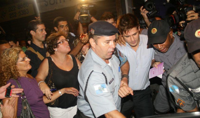 Dado Dolabella deixa Juizado da Violência Doméstica e Familiar Contra a Mulher, no centro do Rio, escoltado por policiais. O ator foi se defender da acusação de agressão feita por sua ex-namorada, a atriz Luana Piovani (23/3/2009)