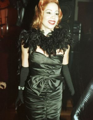 Em 1998, a atriz chega para a festa de Luciano Szafir