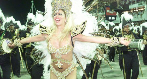 Danielle Winits desfila como rainha de bateria da escola de samba Grande Rio em 1999