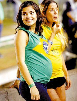Danielle torce para o Brasil no jogo contra o Equador, no Rio (2007)