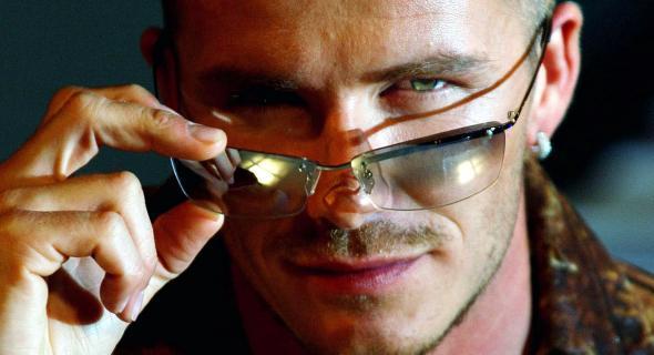 Beckham faz um olhar fatal para a publicidade da marca de óculos Police (07/02/02)
