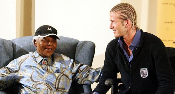 Beckham fez trancinhas para encontrar com Nelson Mandela em Johannesburgo (21/05/03)