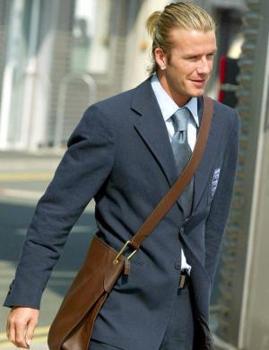De rabinho de cavalo, Beckham embarca todo elegante para jogar na Macedônia (04/09/03)