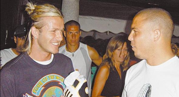 David Beckham brinca com o aniversariante Ronaldo durante festa (29/09/03)