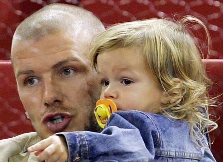 O papai Beckham leva o filho Romeu para ver uma partida de tênis em Madri (22/10/04)