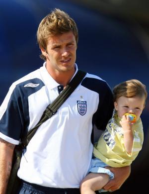 Beckham com o caçula Cruz, que teve nome criticado devido a pronuncia inglesa (02/07/06)