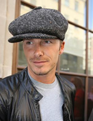 De boina e todo o seu charme, ele deixa os estúdios da Radio 1 em Londres (18/09/06)