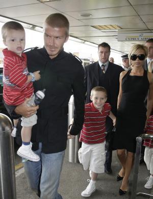 Família Beckham deixa Madri e chega a Los Angeles (12/7/2007)