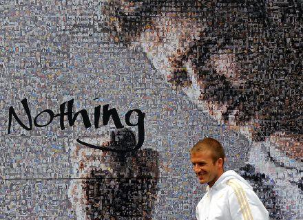 Com seu retrato ao fundo, Beckham aparece em evento publicitário em Seul (29/2/08)