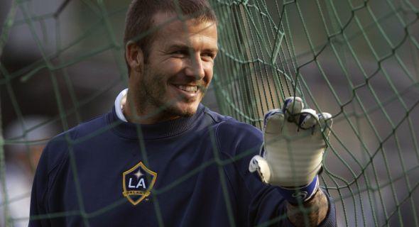 Beckham brinca de goleiro durante treinamento, em Hong Kong (7/3/08)