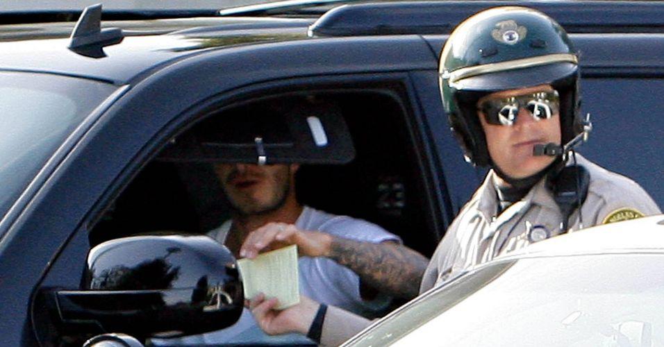 David Beckham é flagrado tomando uma bela multa de um policial no valor de US$ 160 após fazer uma conversão proibida à esquerda, em LA (8/04/08)