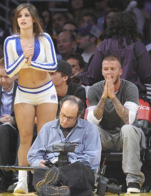 David Beckham vai sozinho a um jogo de basquete dos Los Angeles Lakers em sua temporada morando na cidade. Longe de Victoria, aproveitou para
