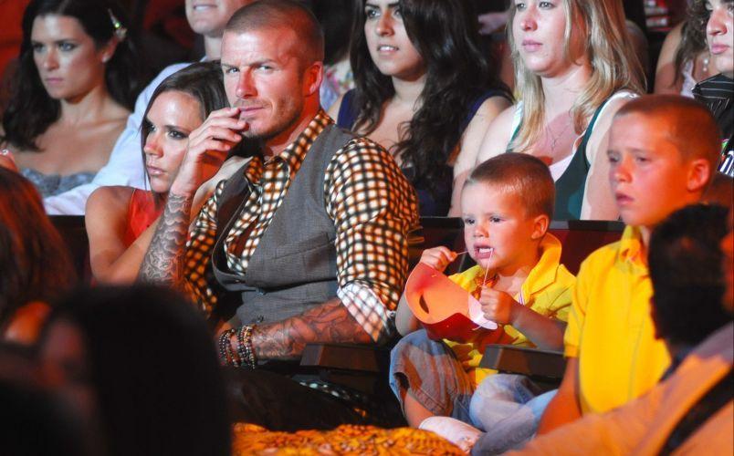 David Beckham vai com a família à cerimônia do Teen Choice Awards 2008, na Califórnia. Victoria manteve seu carão, mesmo após o maridão ganhar o prêmio de melhor atleta masculino (3/8/08)
