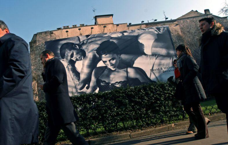 O casal Beckham, que costuma estampar separadamente campanhas da Emporio Armani, posa junto pela primeira vez com roupas íntimas da grife. A foto foi colocada nos outdoors de Milão durante a semana de moda masculina (20/01/09)